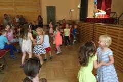 Die Kinder tanzen