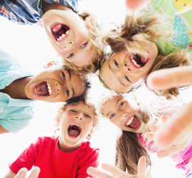 Kinder im Kreis freuen sich und schreien