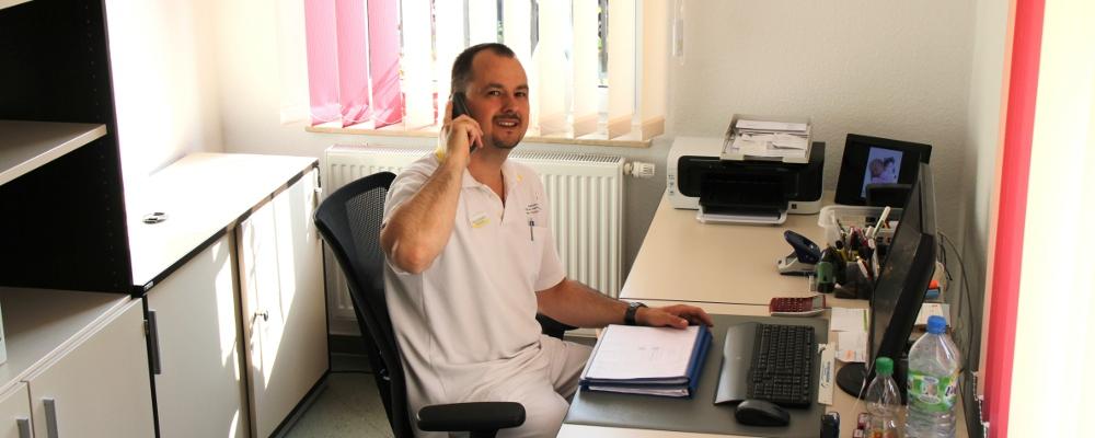 Mario Schädlich im Büro am Telefon